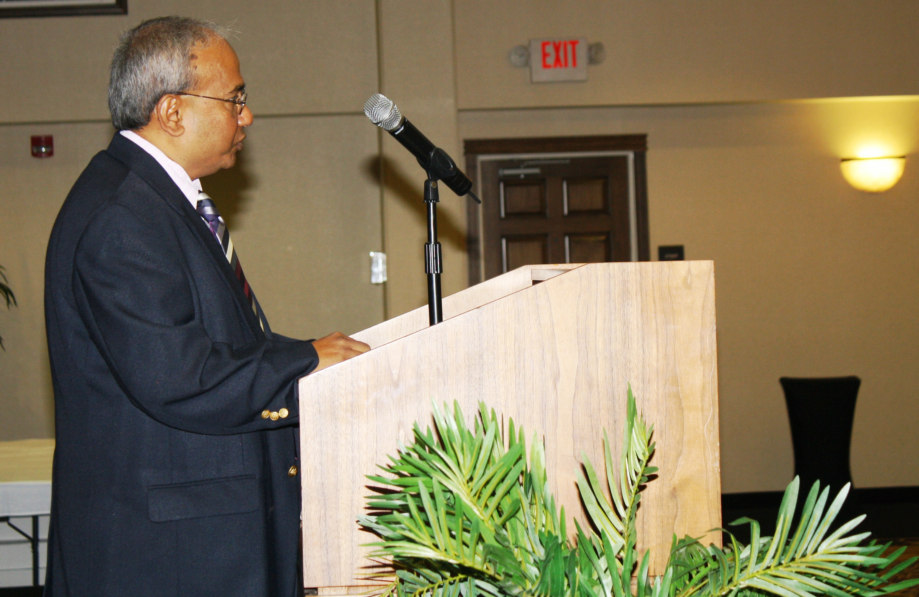 Manohar Kulkarni, former ISTC Director, speaks to banquet